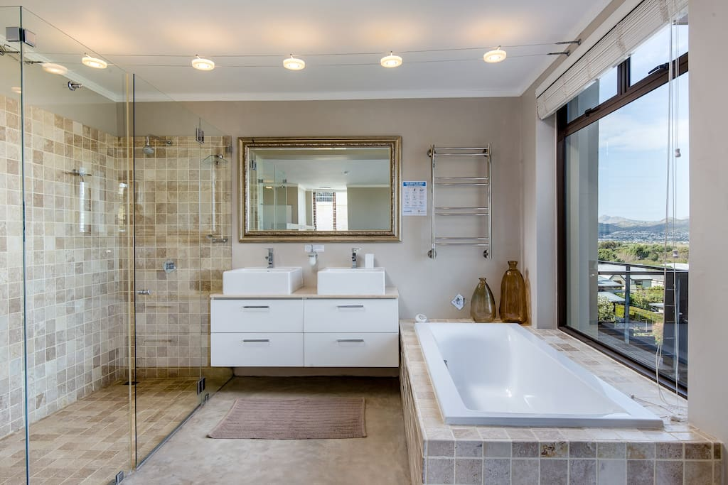 Chapman's View Villa – en suite bathroom (master bedroom) with sea view