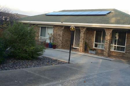 Cosy home, off street parking. - Trott Park - บ้าน