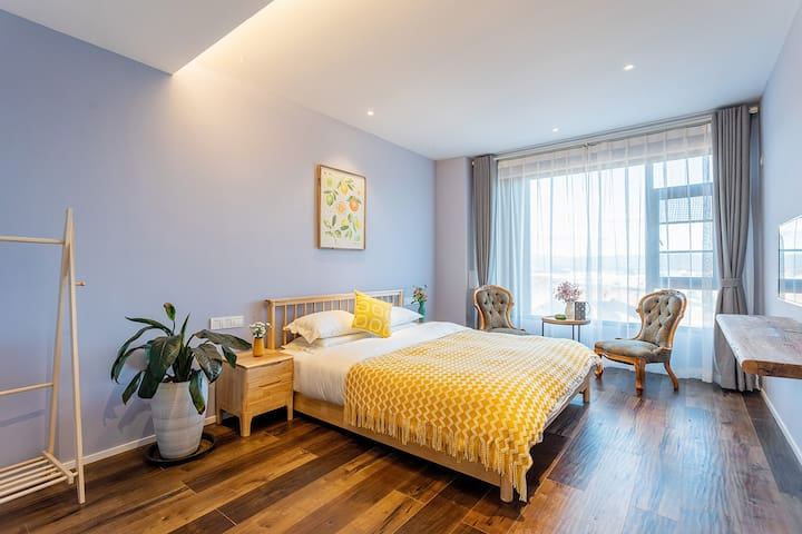 山景主卧 带独立卫生间  Master bedroom with private bathroom
