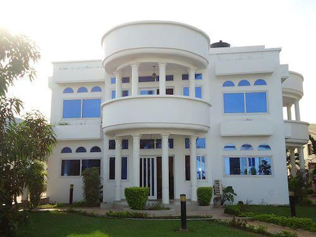 Unique Private house - Accra - Flat