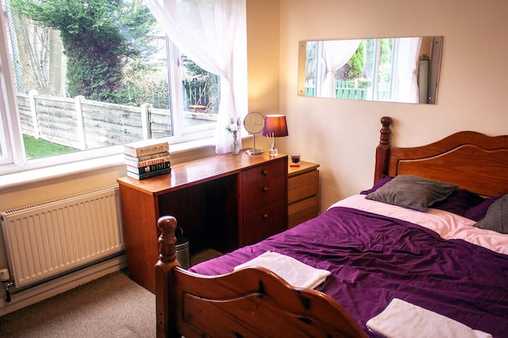 Cosy Room in a Spacious House, Near the Centre