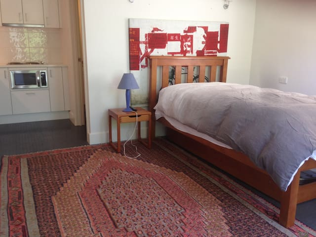 Neat studio apartment. Own entrance. Leafy suburb. - Toorak - Bungalow