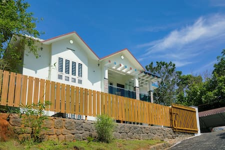 OYO Special Discount! Hill-View 2BHK Home, Munnar