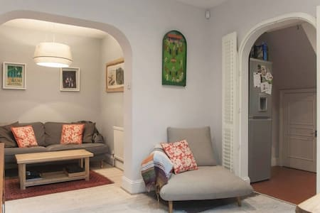 1 bed house, private garden with large office