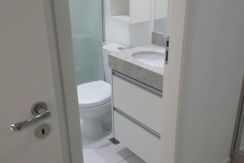Banheiro com chuveiro forte, armários