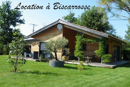 Maison avec jardin clôturé à 5 mn à pied du lac - Huis