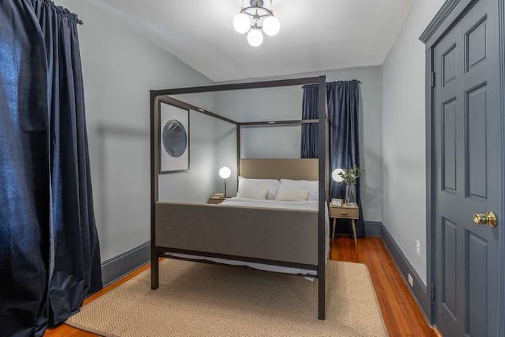 Spacious Private Queen Room in Savin Hill