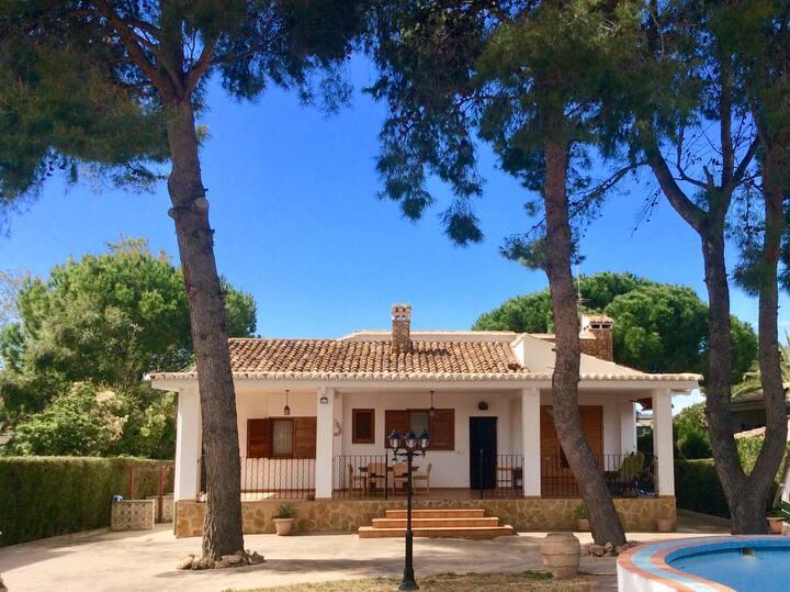 Villa Amparo,chalet con piscina y jardín.