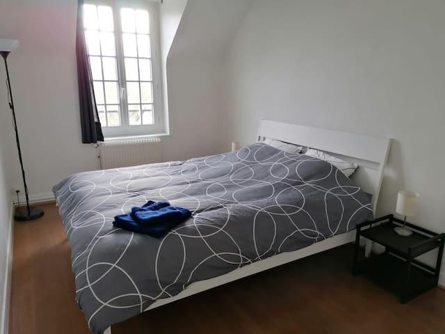 Chambre lit double (160cm). Lit fait à l'arrivé. Penderie et armoire.