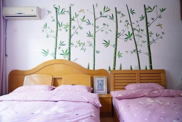 1.5的床和1.2的床可以满足您和孩子共聚一室的心愿!1.2米的是棕垫,软硬适中,更适合老人和孩子!