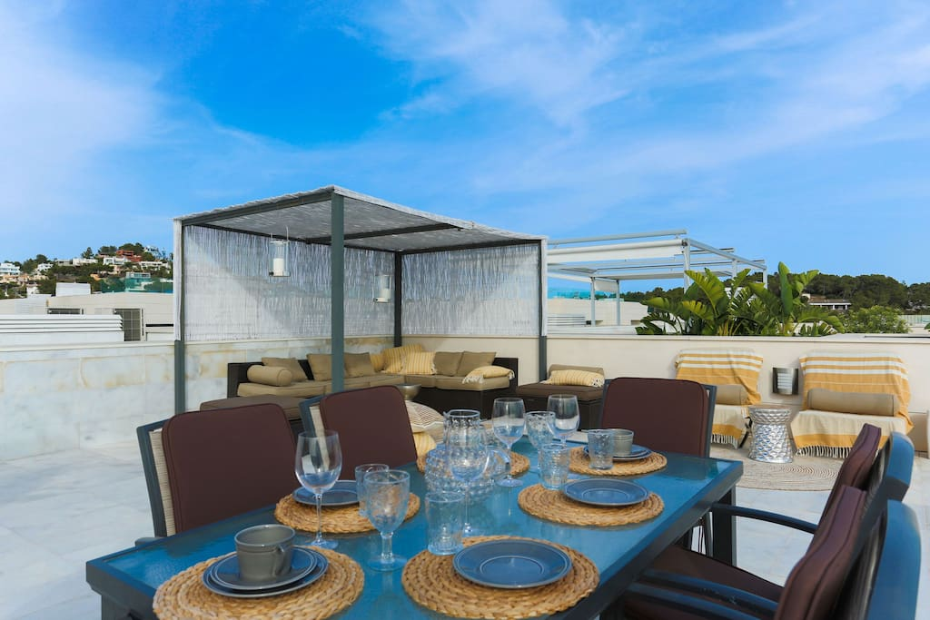 Roof terrace with comfortable seating, dining table and BBQ