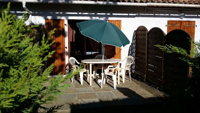 Maisonnette ombragée dans résidence avec piscine