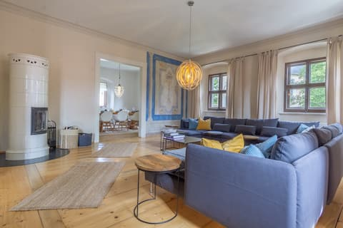 Spacious apartment in historic rooms