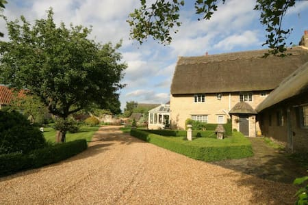 Self-contained Double Room in Thatched Farmhouse - Grendon - Bed & Breakfast