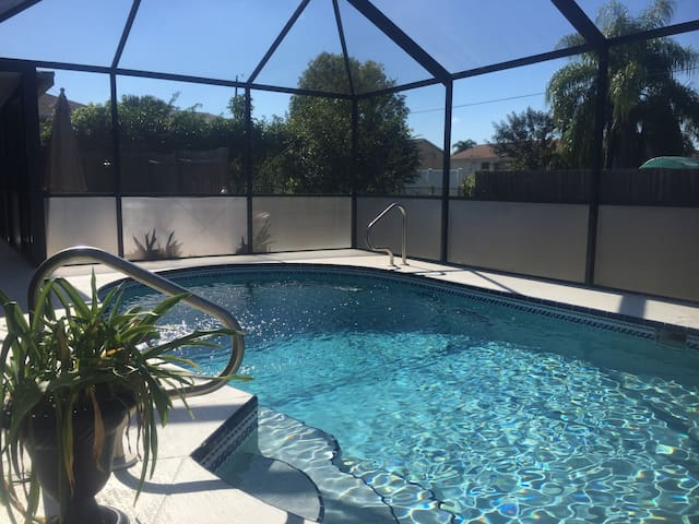 BEAUTIFUL TROPICAL THEMED POOL HOME - Cape Coral - House
