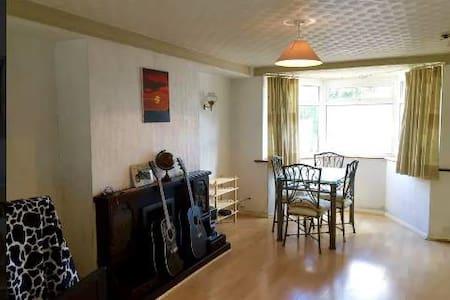 Cosy & BIG double room in NEW MALDEN - Casa