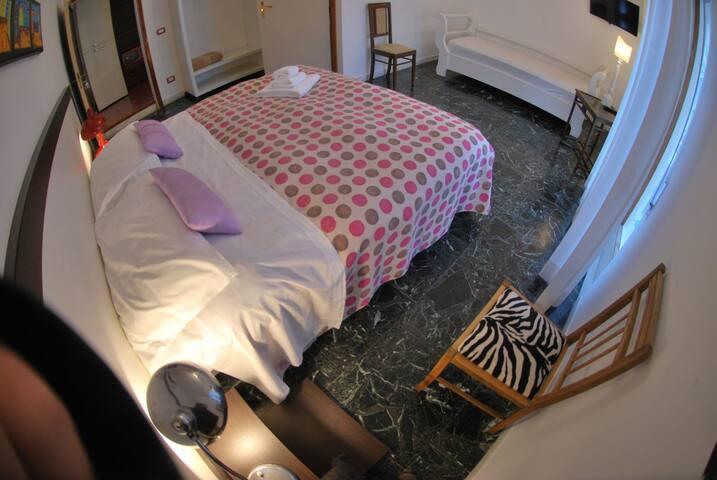 camera tripla con letto matrimoniale + letto singolo, balcone privato, bagno in camera, wifi, tv, aria condizionata/riscaldamento