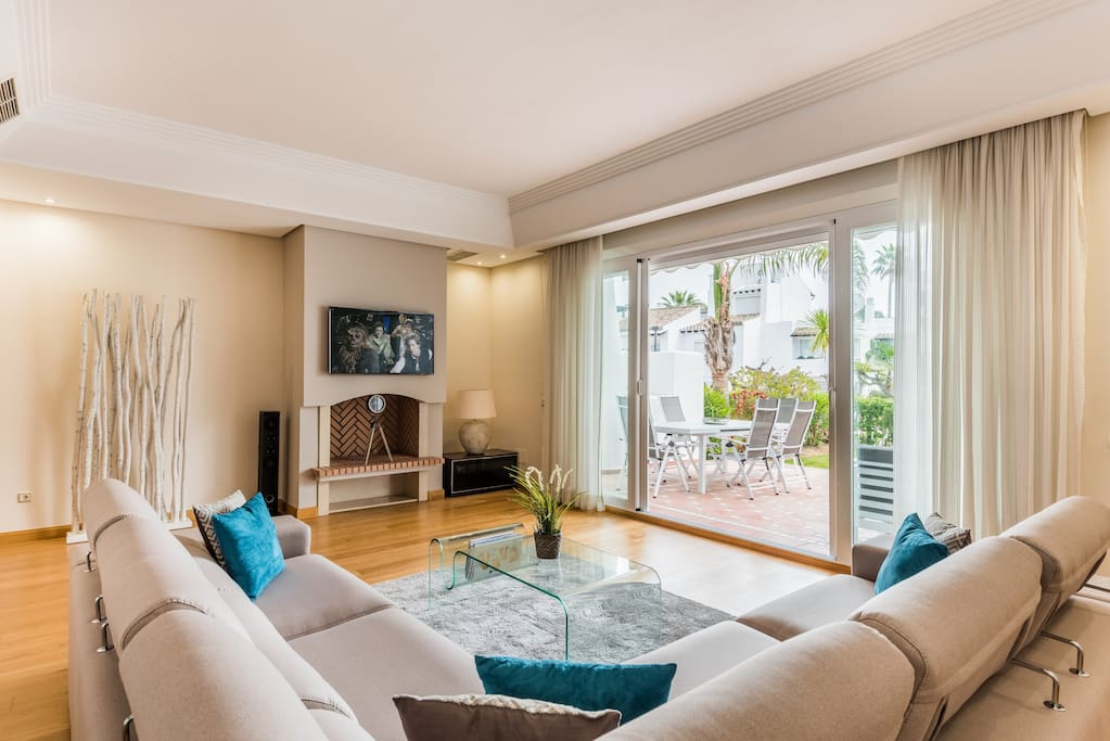 Modern, light, newly furnished spacious lounge