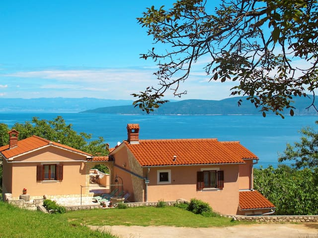 Beautiful sea view holiday apartment in a small hamlet