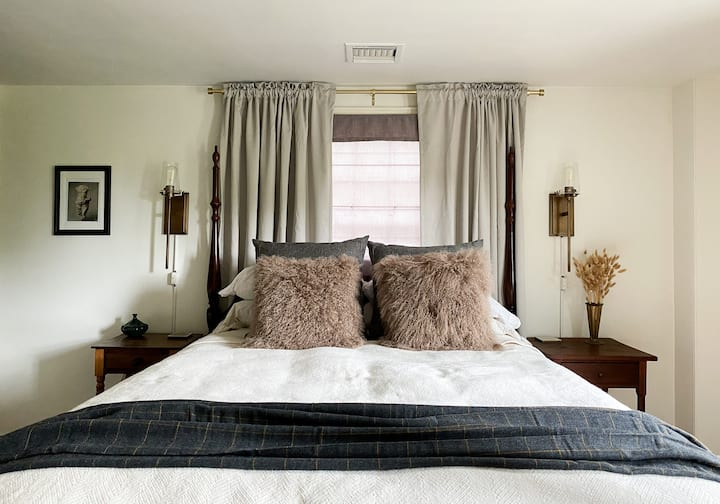 Lovely Eco-Friendly Queen Room Historic 1790 Home