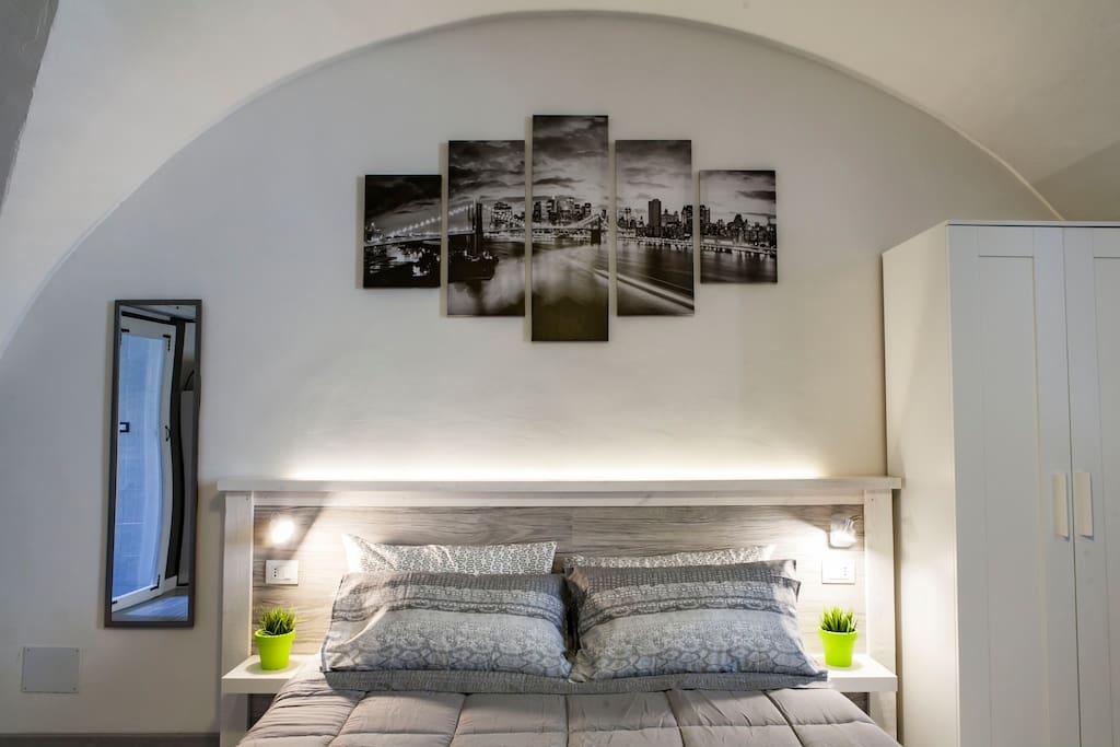 Sotto il tetto a volta un confortevole letto matrimoniale (160x200) e un armadio a vostra disposizione - Under the vaulted roof of a comfortable double bed (160x200) and a wardrobe at your disposal