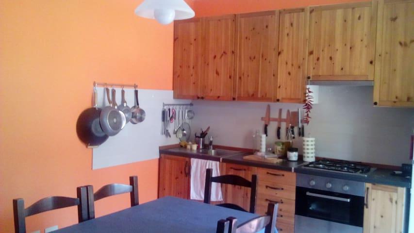 Cucina e sala da pranzo fornita di tutti gli accessori