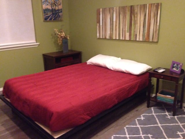Cozy room w/private bath close to downtown/airport