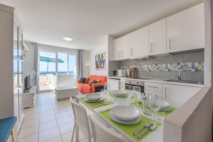 kitchen area and living room with terrace / zona de cocina y sala de estar con terraza / angolo cucina e soggiorno con terrazza