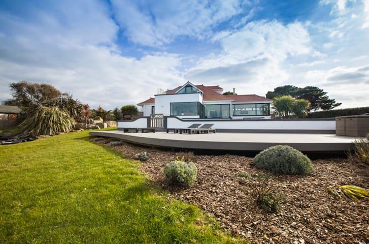 Luxury Modern Villa with Stunning Sea Views & Pool - Torteval - Casa de campo