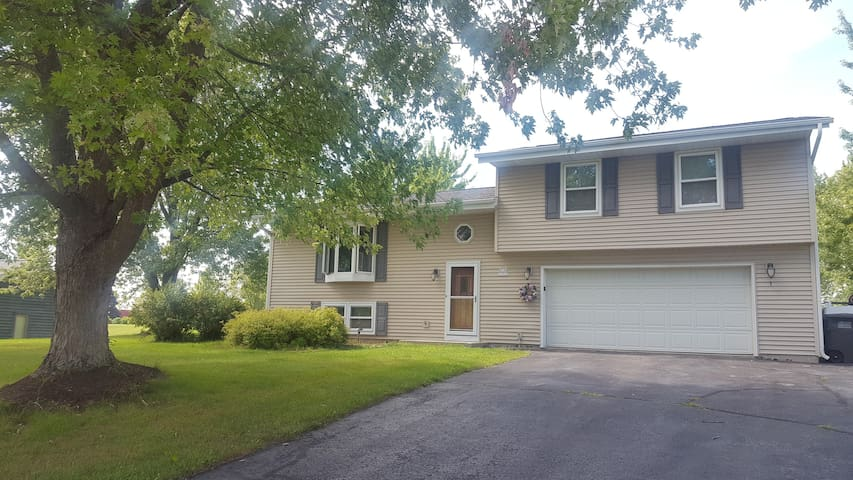 Comfortable & Contemporary Three-Bedroom+ Home - Mukwonago - Hus