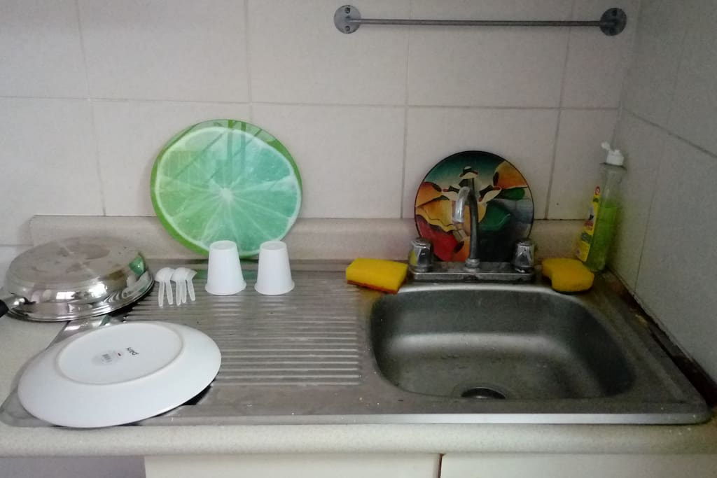Lavadero de trastes, wash sink for dishes, include plates, pots, cups.