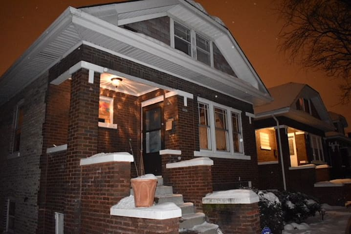 Location close to Hospitals,Airports,and Chicago!