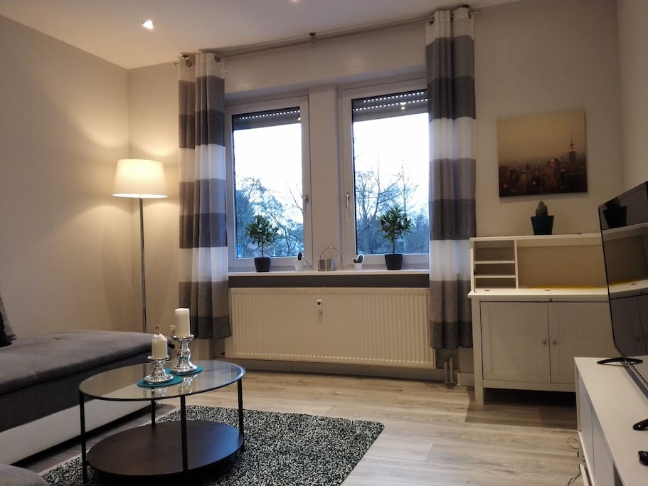 Wohnzimmer mit Boxspring Dauerschläfer und TV