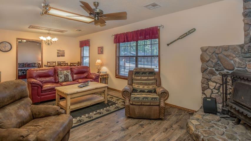 "Shadow Mountain Lodge - ""Shadow Main"" - Fireplace - Kitchen - Garden setting"