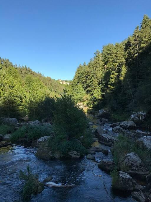 Rivière à proximité avec possibilité de se baigner ..endroit calme et reposant