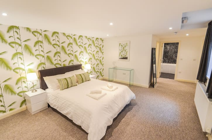 The Wollaton - Super stylish apartment for up to 4 guests with parking & Wifi