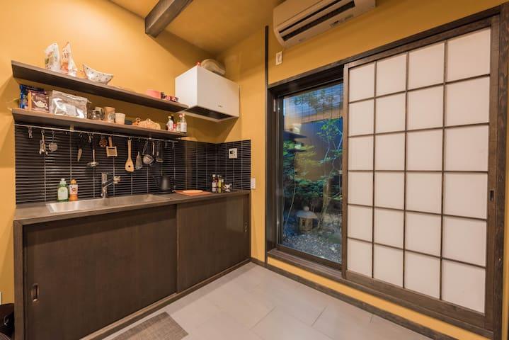 心が落ち着く和風モダンキッチンです The Japanese-style modern kitchen where the heart calms down.
