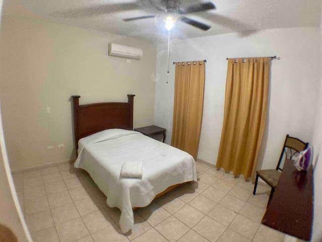 Habitacion principal con aire acondicionado y abanico