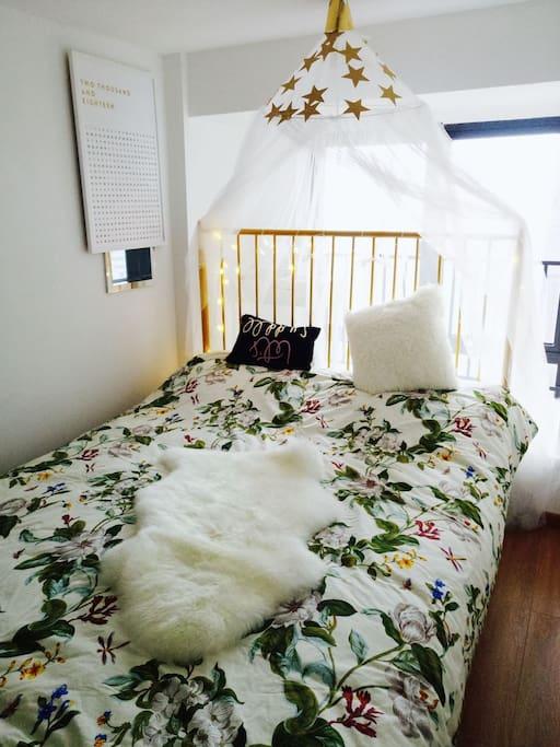 二楼客房,床单绿绿的