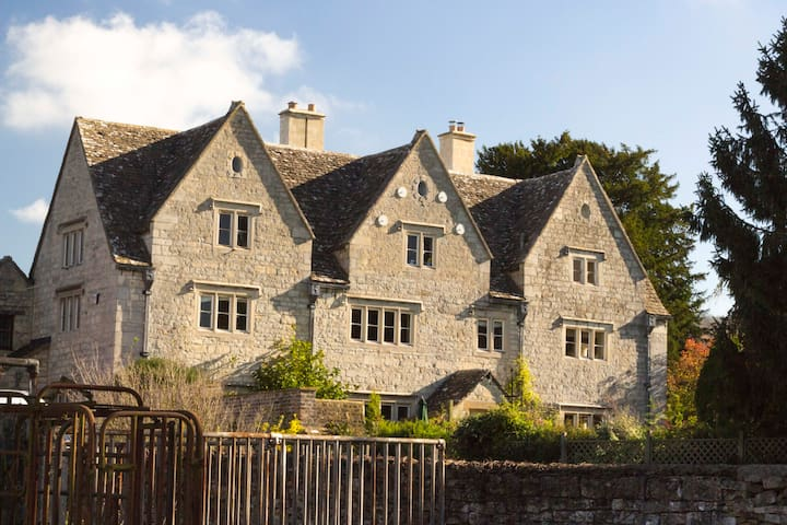Stunning Cotswold Farmhouse, 5 bedrooms