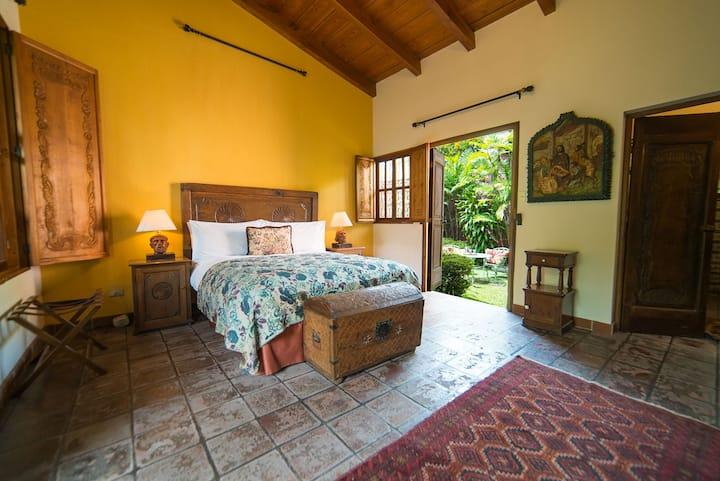 Casa Mamalba - Secret Garden Suite w/ SERVICE!
