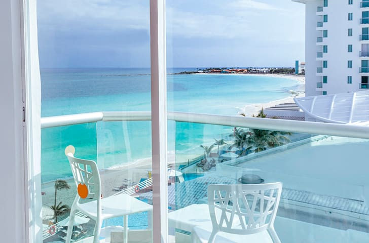 Ocean view studio w/balcony, best beach in Cancun!