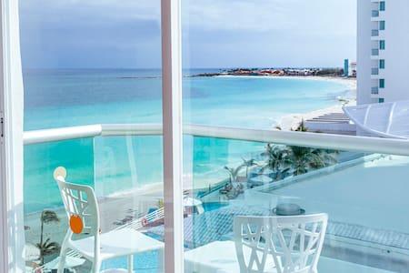Ocean view studio w/balcony, best beach in Cancun!