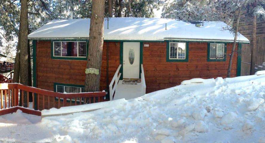 """""""The location of the cabin couldn't be better! Equidistant from Lake Arrowhead and Lake Gregory plus easy access to many hikes."""" —Juan"""