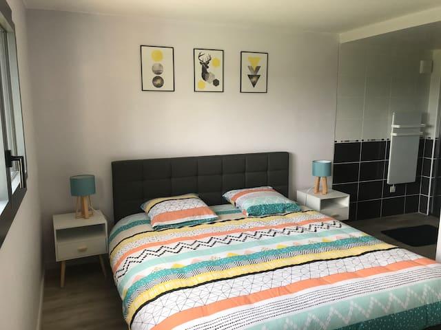 La chambre avec lit King Size, esprit Scandinave.