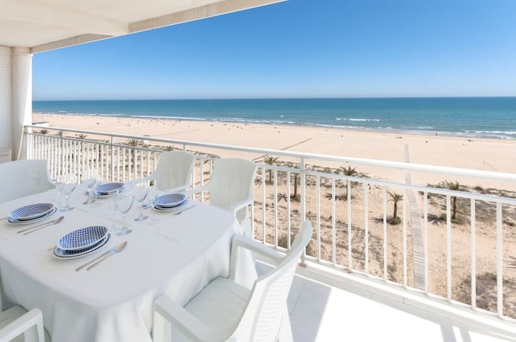 Fabulous beach condo for a great vacation. Elegant decoration!