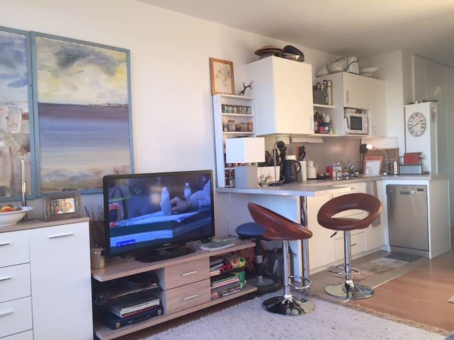 Küchenzeile und TV