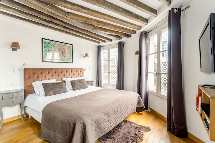 Le Marais 1BR, Top Floor with balcony, KingBed
