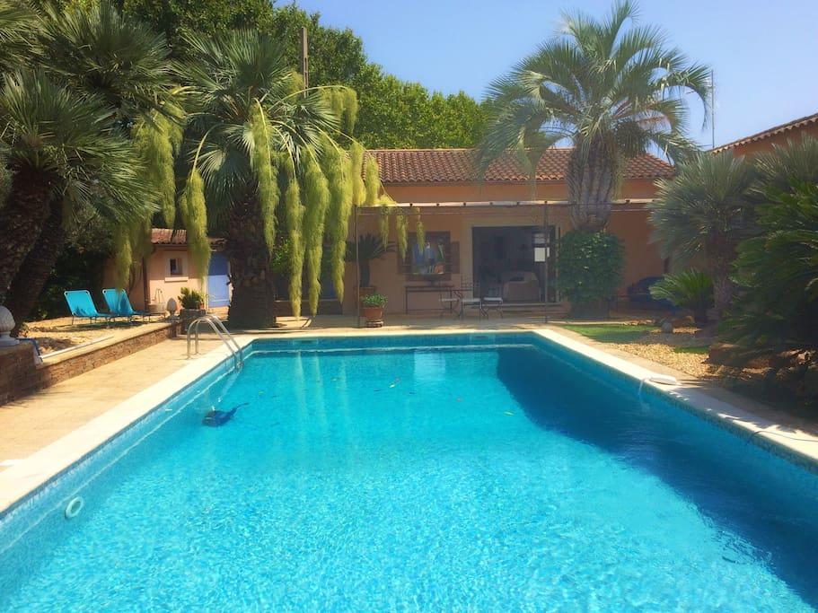 Vue de la maison et de la piscine.