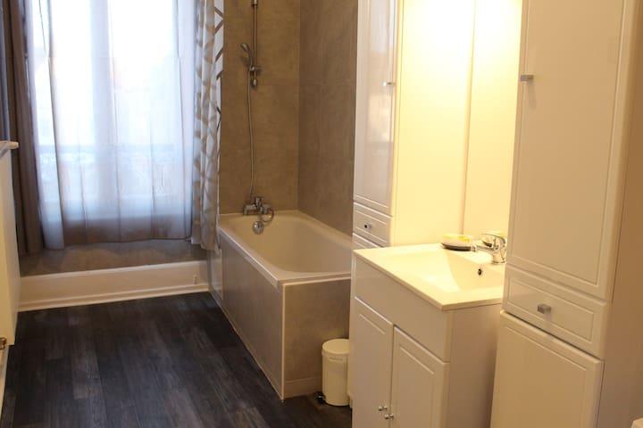 Exceptionnel, le logement possède 2 salles de bains privées. L'une avec baignoire, point d'eau et machine à laver et l'autre, WC et cabine de douche.